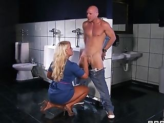 Hot Buxom Superstar Alura Jenson Gives Her Rump For Wild Drilling